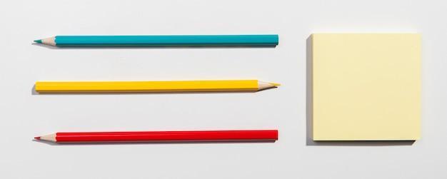 Cartes post-it et crayons d'école Photo gratuit