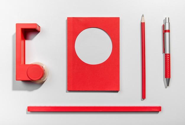Cartes post-it et outils scolaires rouges Photo gratuit