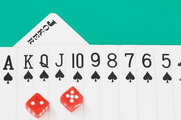 Dés et cartes sur la table de casino verte Photo Premium