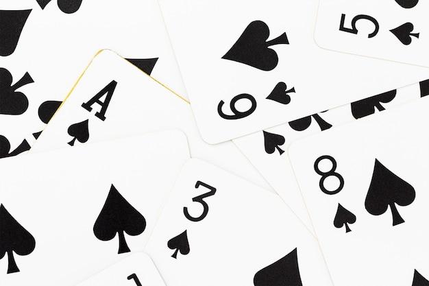 Cartes sur la table de casino verte Photo Premium