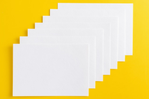 Cartes de visite blanches vierges empilées dans la rangée Photo Premium
