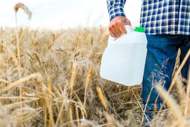 Cartouche d'insecticide dans un champ de blé Photo gratuit