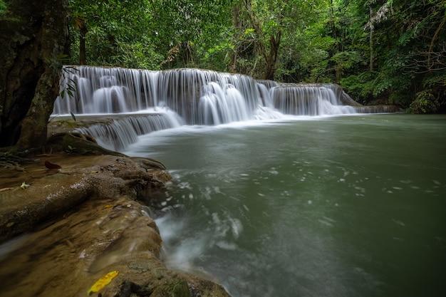 La Cascade De Hua Mea Khamin A Des Arbres Tropicaux, Des Fougères, De La Croissance Sur La Cascade Le Matin Photo Premium