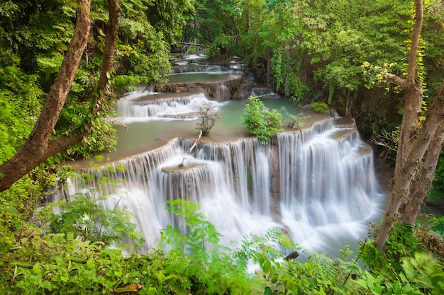 La Cascade Huai Mae Khamin En Octobre Est Une Belle Cascade à Kanchanaburi, En Thaïlande. Photo Premium