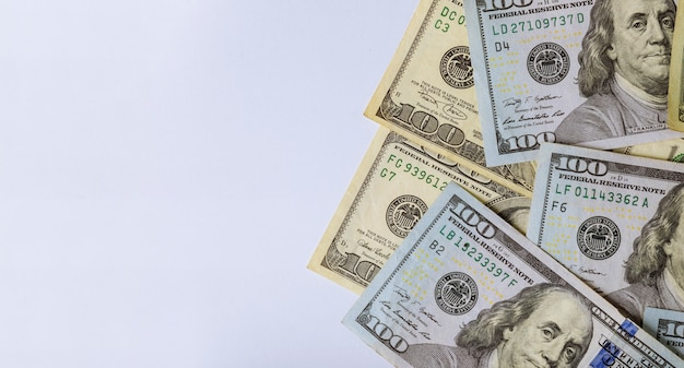 Cash dollars américains sur fond blanc Photo Premium
