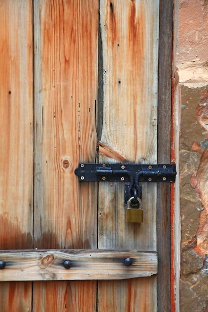 Casier de poignée de porte en métal vieux fer sur porte en bois de style italien vintage, vertical Photo Premium