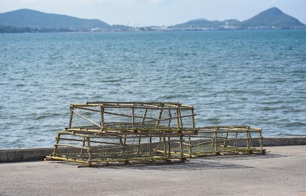 Casiers à homards et à crabes empilés, pêche au filet Photo Premium