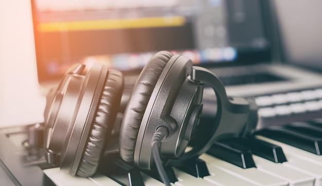 Casque black music studio allongé sur le bureau de travail Photo Premium