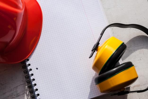 Le casque de chantier est un symbole de la sécurité sur le lieu de travail. un ensemble d'outils. Photo Premium