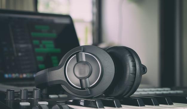 Casque sur un clavier de musique à la maison mmsuic studio Photo Premium