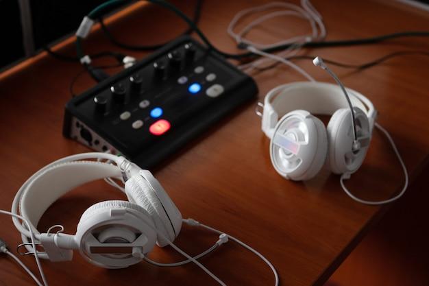 Casque et équipement de mixage audio pour traduction simultanée. Photo Premium
