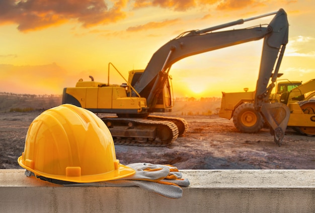 Casque jaune sur chantier Photo Premium
