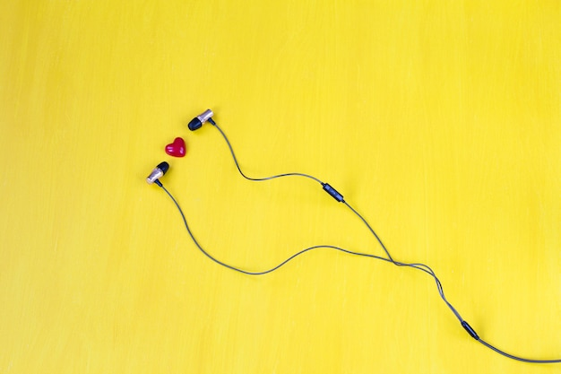 Sur un casque jaune et un coeur rouge Photo Premium