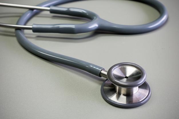 Casque médical sur fond gris Photo Premium