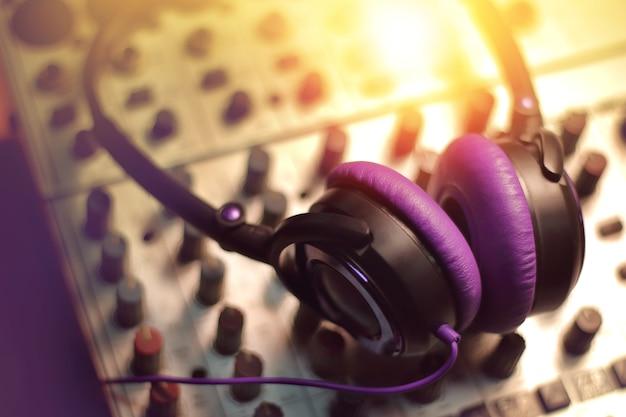 Casque sur le mélangeur sonore dans le studio d'enregistrement. Photo Premium