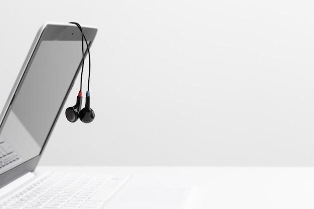 Casque de musique sur ordinateur portable Photo Premium