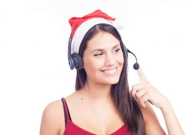 Casque de noël femme de centre d'appels de télémarketing portant bonnet rouge parlant souriant Photo Premium