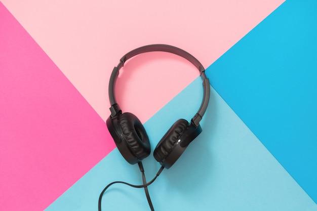 Casque noir de style moderne sur bleu rose. Photo Premium