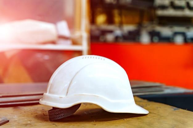 Casque En Plastique Pour La Sécurité Des Travailleurs. Photo Premium