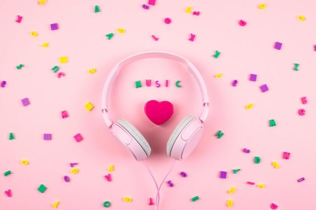 Casque rose et coeur avec mot musique Photo Premium
