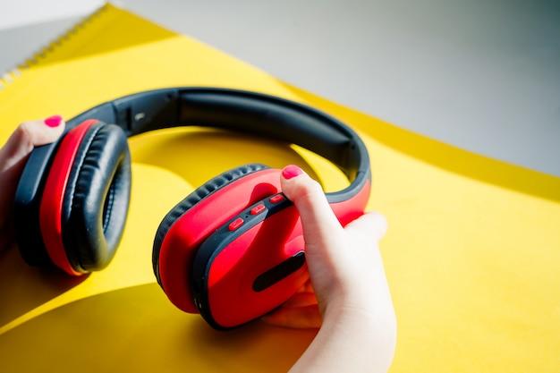 Casque Sans Fil. Casque Moderne Avec Cache-oreilles Photo Premium