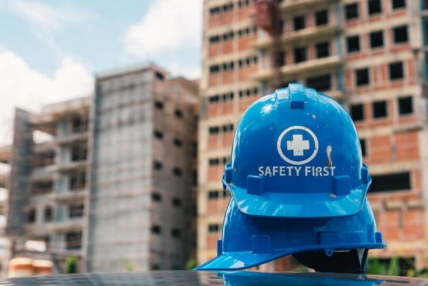 Casque De Sécurité Bleu Sur Le Chantier De Construction Photo Premium