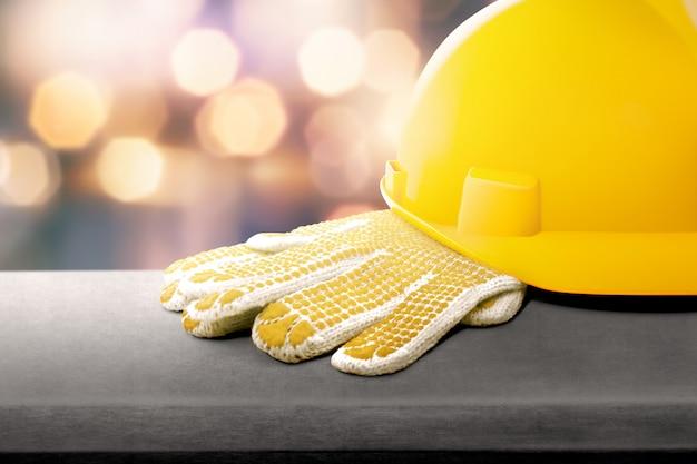 Casque de sécurité et gants sur la table Photo Premium