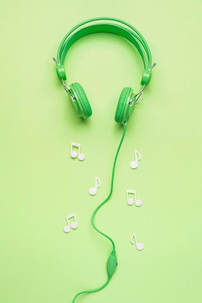 Casque Vert Avec Des Notes De Musique Blanches Photo gratuit