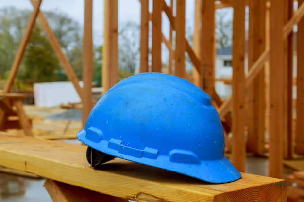 Les casques de sécurité pour les travaux de construction destinés aux constructeurs professionnels sont placés sur des planches en bois Photo Premium
