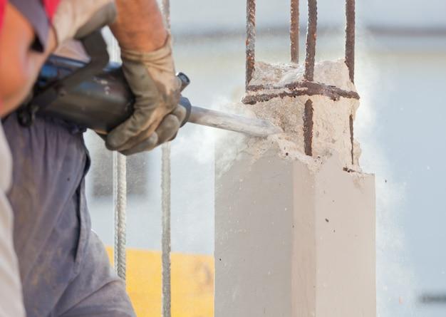 Casser le béton armé avec le marteau-piqueur Photo Premium