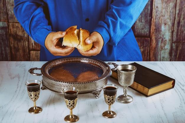 Casser Le Pain Dans L'église Pendant La Communion Photo Premium