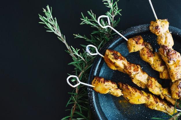 Casserole avec shish kebab près de romarin Photo gratuit