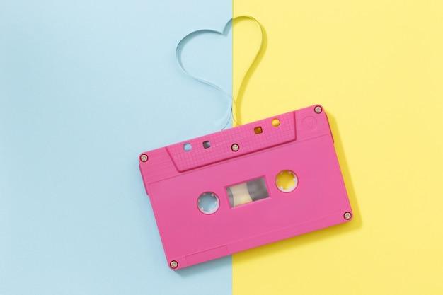 Cassette audio avec bande magnétique en forme de cœur - image de style effet vintage. concept minimal. Photo Premium