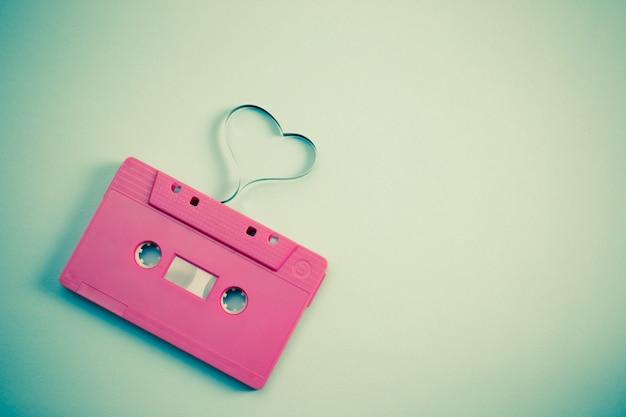 Cassette audio avec bande magnétique en forme de coeur - image de style effet vintage Photo Premium