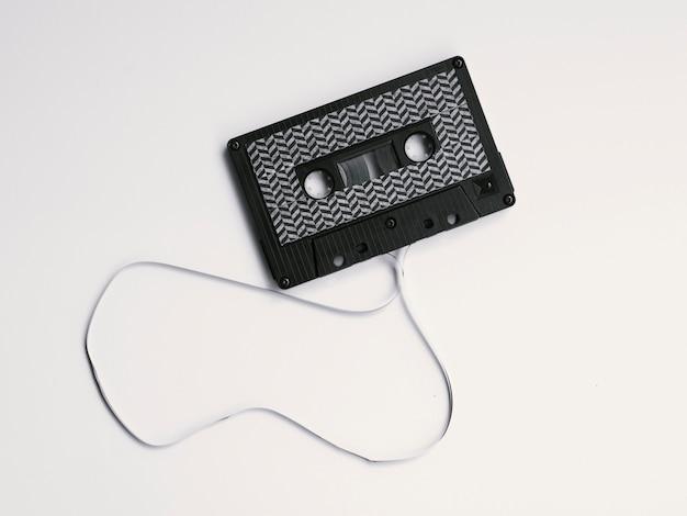 Cassette audio boken noire sur fond blanc Photo gratuit