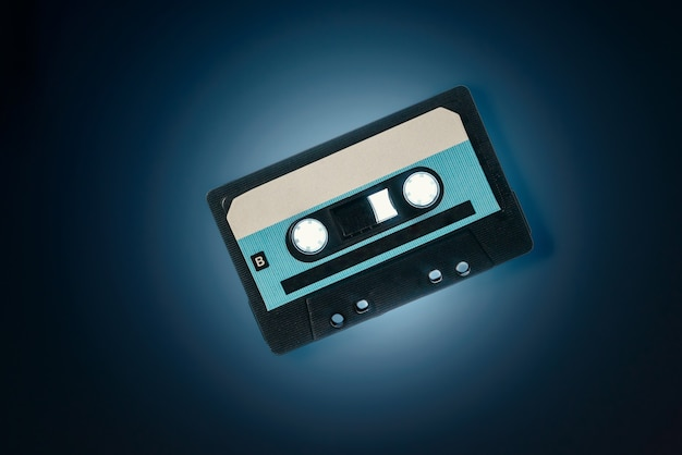 Cassette Audio Sur Fond Bleu Photo Premium