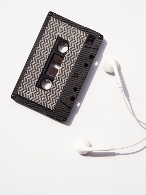 Cassette audio noire avec écouteurs en vue de dessus Photo gratuit