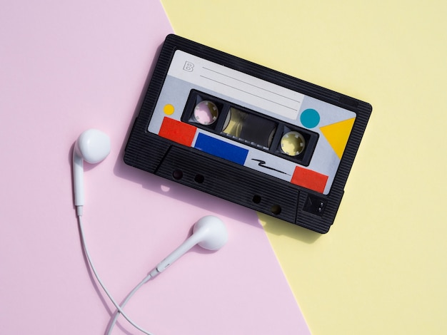 Cassette audio rétro sur fond coloré Photo gratuit