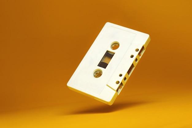 Cassette audio. robinet cassette audio blanc vintage Photo Premium