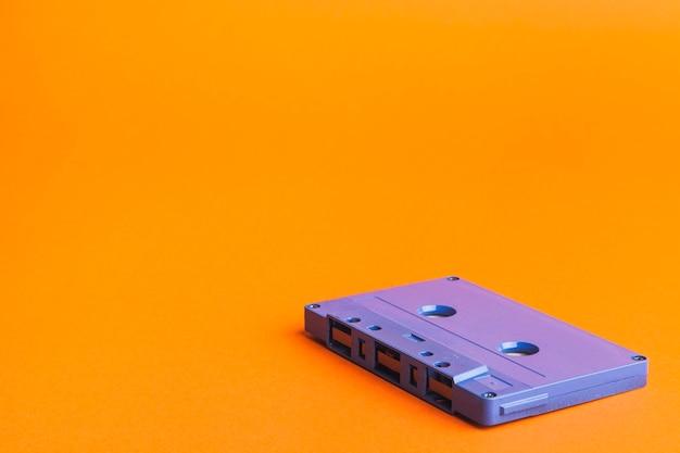 Cassette bleue sur fond orange Photo gratuit