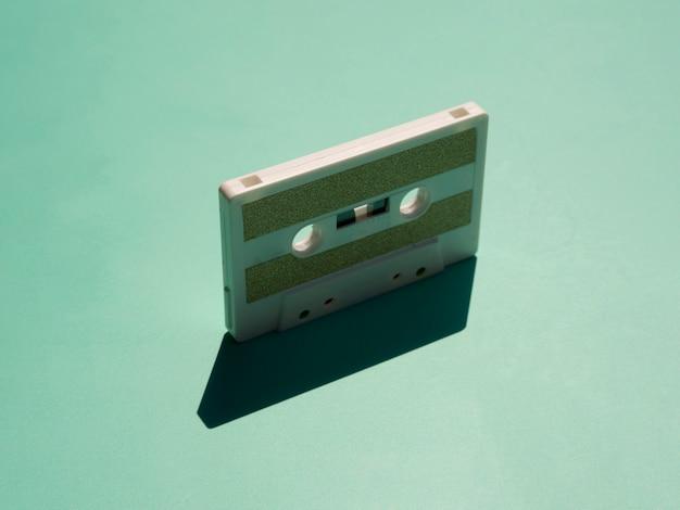 Cassette De Cessette Minimaliste Sous Le Feu Des Projecteurs Avec Son Ombre Photo gratuit
