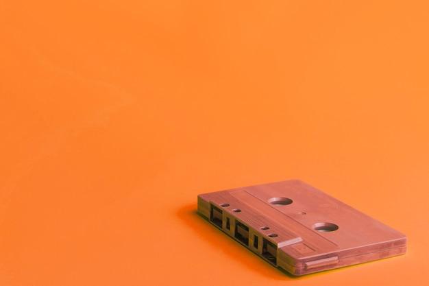 Cassette compacte sur fond orange Photo gratuit