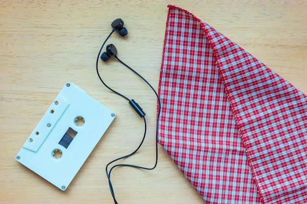 Cassette, écouteurs et cahier vierge sur bois Photo Premium