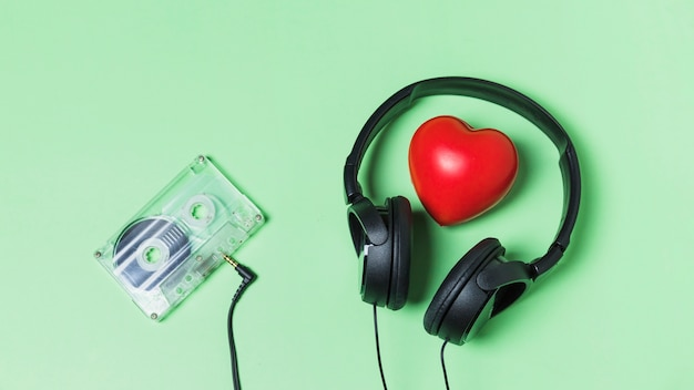 Cassette transparente connectée avec un casque autour du coeur rouge Photo gratuit
