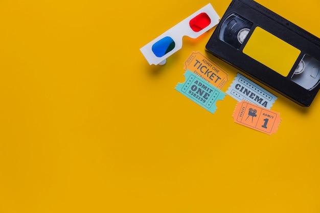Cassette vidéo avec billets de cinéma et lunettes 3d Photo gratuit