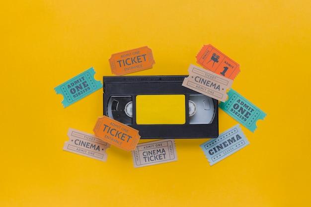 Cassette vidéo avec billets de cinéma Photo gratuit