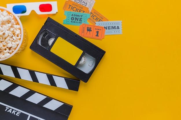 Cassette vidéo avec clapet et pop-corn Photo gratuit
