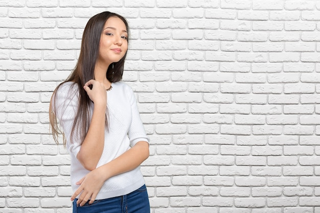 Casual femme métisse asiatique caucasienne souriante regardant heureux Photo Premium