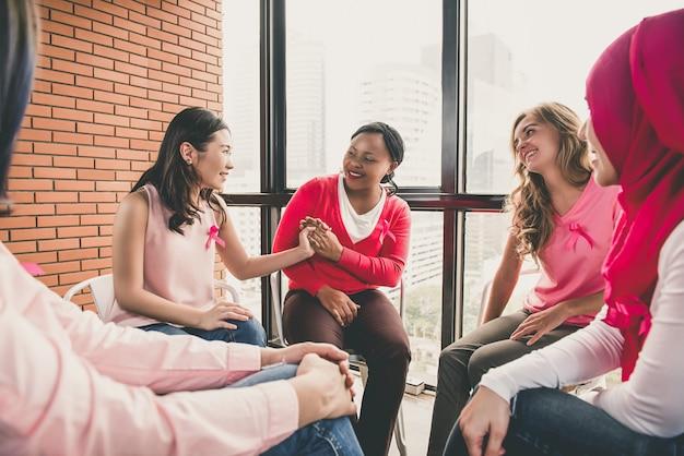 Casual femmes multiéthiniques assis en cercle dans la réunion Photo Premium