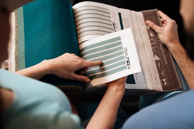 Catalogue avec des échantillons de tissus pour meubles rembourrés. Photo Premium